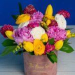 Aranjament floral cu bujori si ranunculus