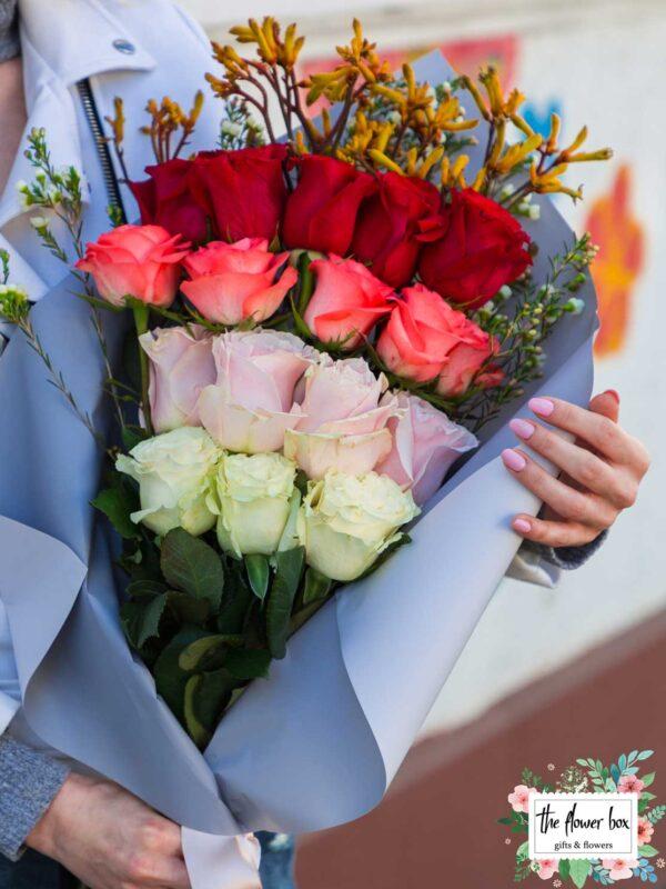 Buchet cu 15 trandafiri multicolori